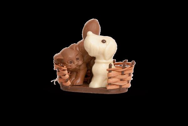 Hund und Katze im Korb aus Schokolade